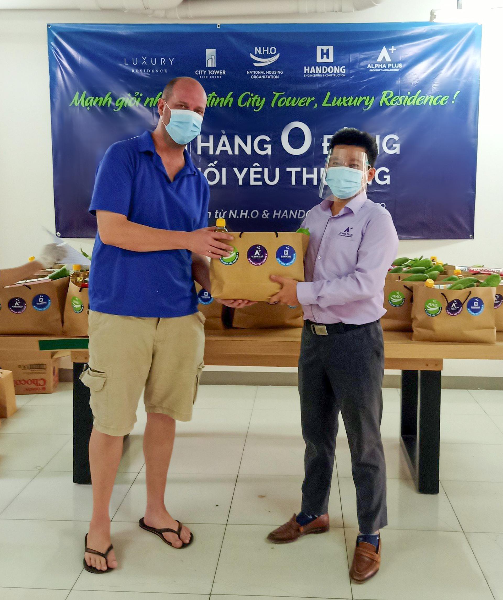 N.H.O trao tặng quà cho cư dân City Tower